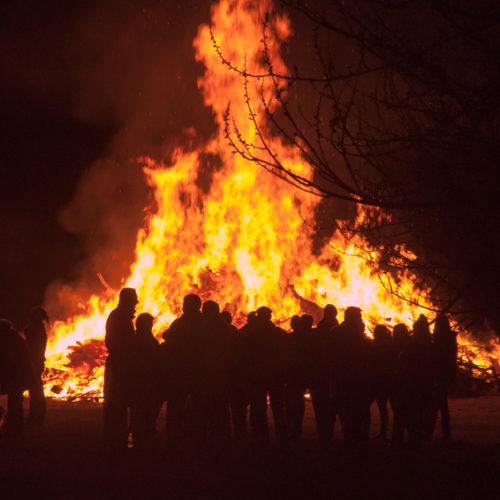 Osterfeuer Flammen Menschen